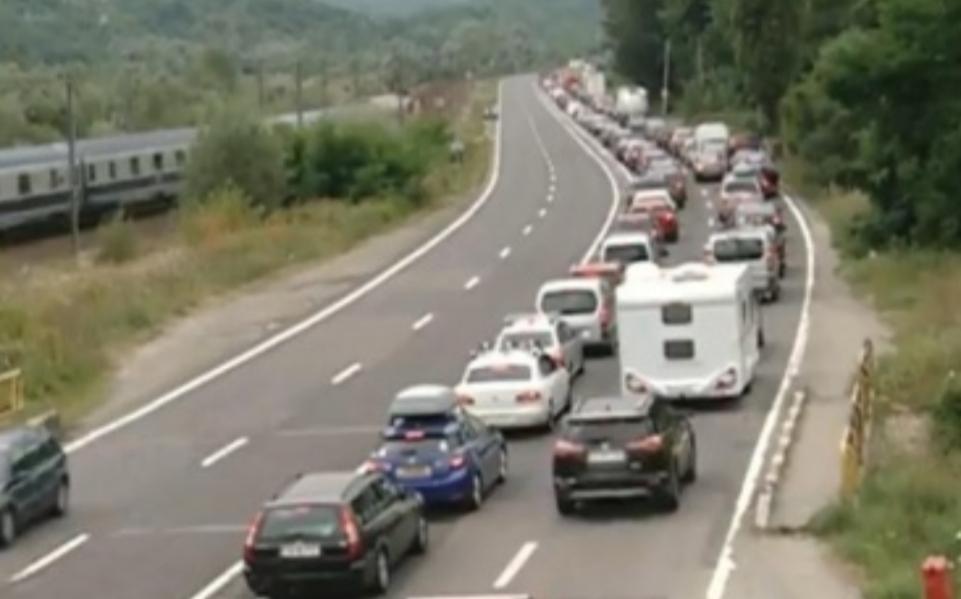 Comarnic vrea să pună viniete pentru mașinile din București. La cât se stă acolo în trafic, s-ar putea cere și chirie!