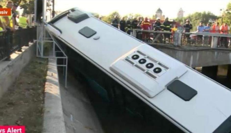 Un autobuz care s-a săturat de traficul din București a vrut să se sinucidă aruncându-se în Dâmbovița!
