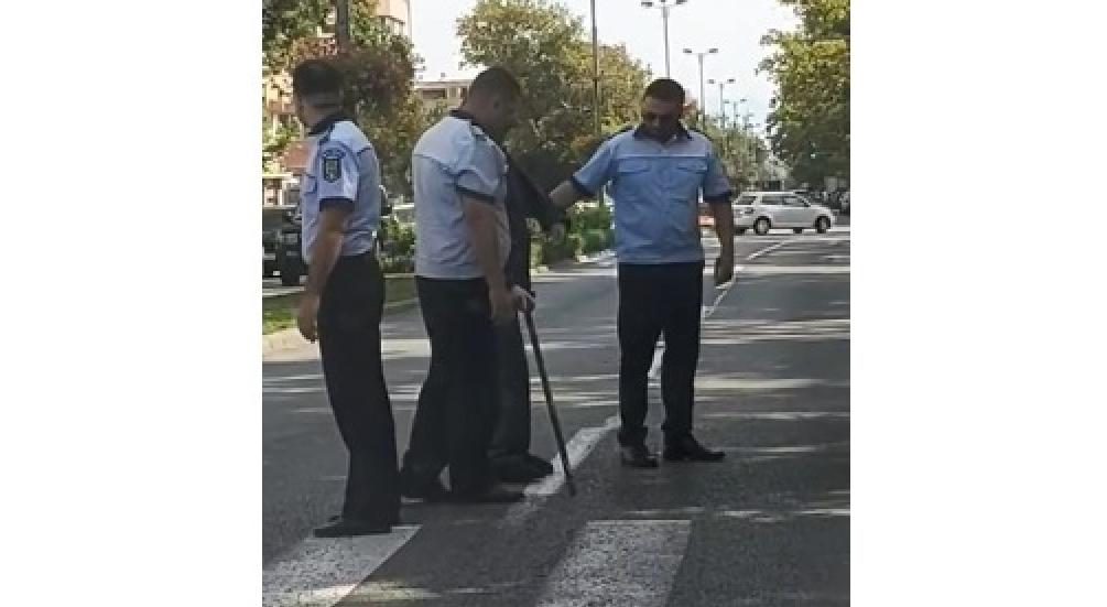 3 polițiști din Bistrița au ajutat un bătrân să treacă strada. Cu toate că acesta nu voia să traverseze!