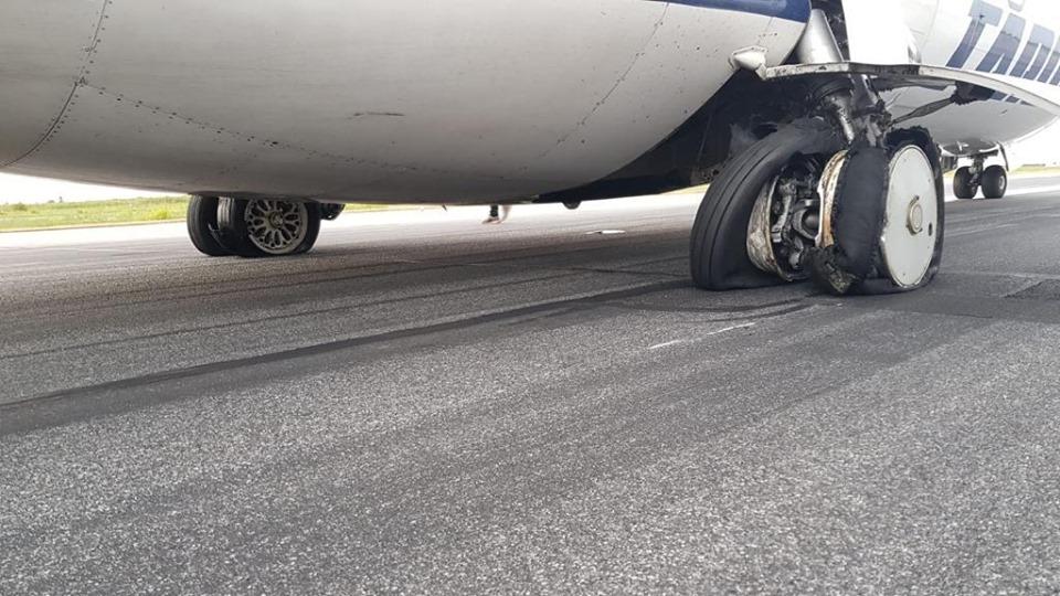 S-a deslușit misterul roților sparte de la Tarom: avionul parcase pe locul altuiași ăla i le-a tăiat
