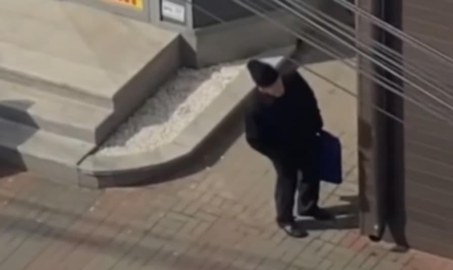 Pensionar din Botoşani ascunzându-se de poliție. Opriți planeta, că vreau să cobor după țigări!