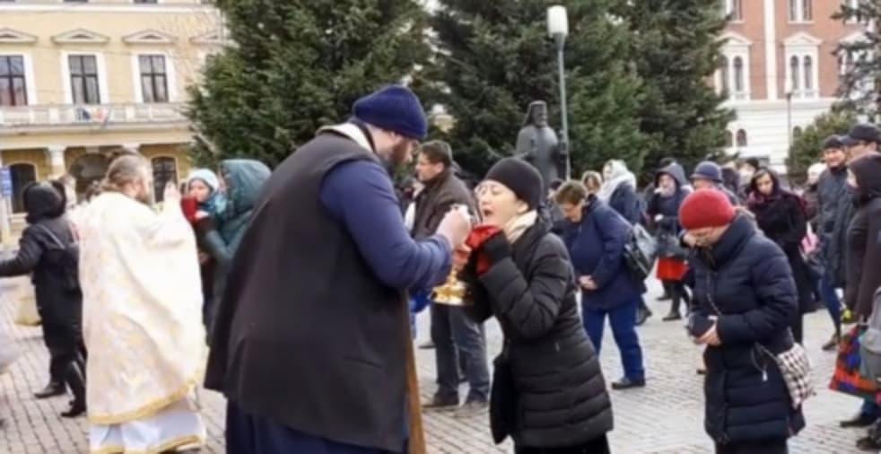 Cod negru de prostie: la Catedrala din Cluj se dă împărtăşanie cu lingurița şi Covid cu polonicul