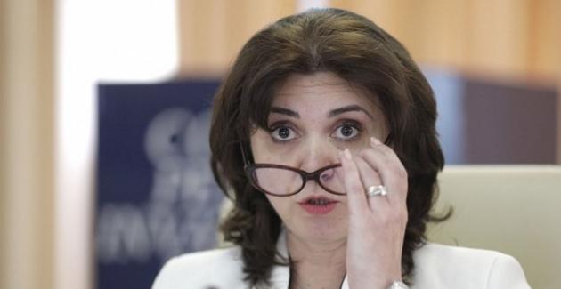 Monica Anisie, care acum câteva zile zicea că nu se impune închiderea şcolilor, a fost propusă din nou ministru al Educației. Domnu' Iohannis, poate căe cazul să vă testați. Aveți şifebră?