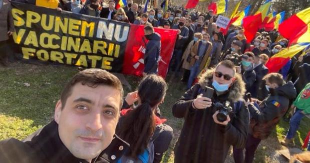 Câteva zeci de AUR-işti protestează împotriva vaccinului obligatoriu, deşi nimeni nu îi obligă să se vaccineze, în afara de piticii dacici de pe creier