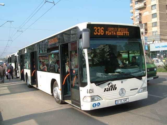 Un nevăzător recunoaşte ce autobuz opreşte în staţie după mirosul de transpiraţie!