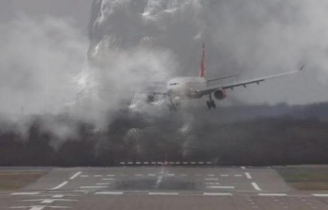 Incident pe Otopeni: Un avion a ratat pista din cauza fumului de grătare!