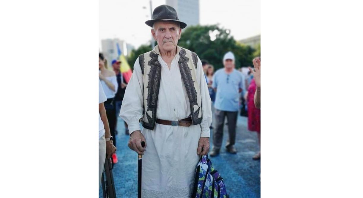 Când ai 85 de ani și vii în Piața Victoriei tocmai de la Timișoaraca să ții locul la protest tinerilor bucureștenicare nu se pot deplasa din Centrul Vechi