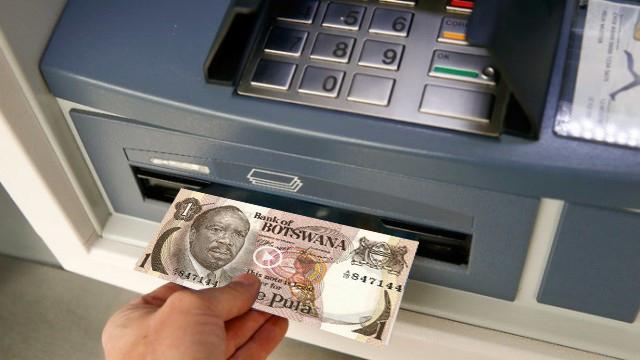 Tot mai mulți români trec la moneda din Botswana: bagă cardul la bancomat și scot pu…