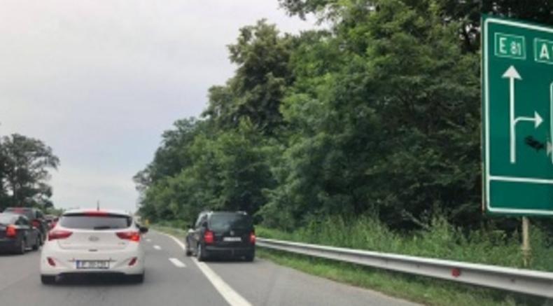 Șoferii care circulă pe banda de urgență se plâng că autostrada e defectă: nu are șine de tramvai!
