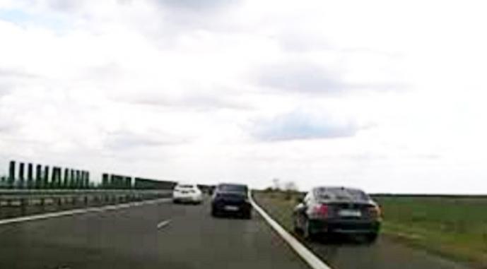 După ce că nu prea avem autostrăzi, nici nu știm să le folosim: banda de urgență nu e ca să depășești și nici ca să oprești ca să te piși