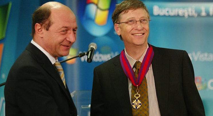 Traian Băsescu explicându-i lui Bill Gates în 2007 cum a reuşit să o cipeze peElena Udrea!