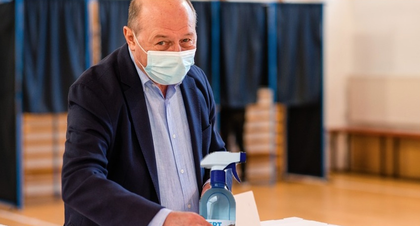 O secție de votare din Bucureşti a fost închisă după ce Băsescu a băut tot dezinfectantul!