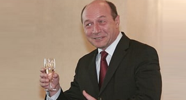 Băsescu susține că alții au turnat. El doar a băut!