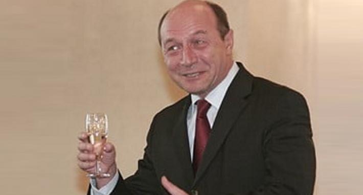 """Băsescu: """"Să votați numai după 5-6 păhărele, ca să fie votul dublu!"""""""