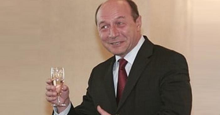 """Traian Băsescu, discurs emoționant la redeschiderea cârciumilor: """"Mă piş pe mine de bucurie şi de spriț!"""""""