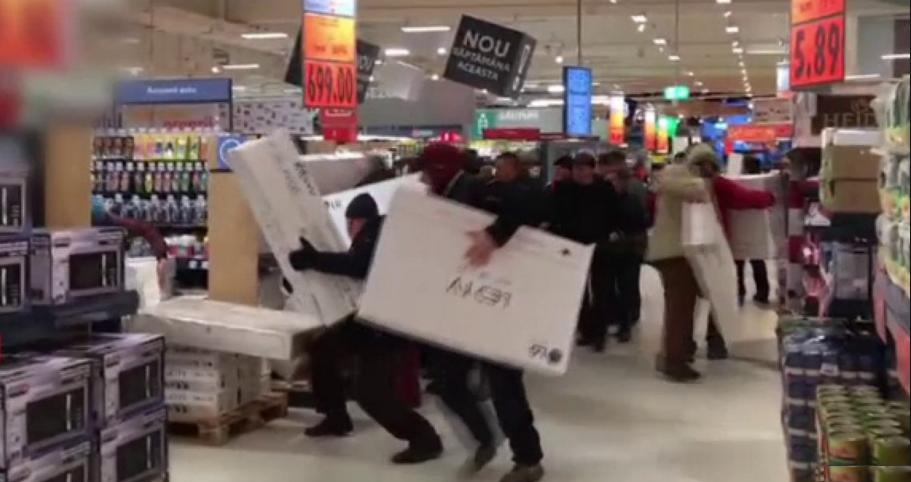 Kaufland Bacău: după ce s-au bătutpe televizoare, oamenii s-au mutatla raionul de popcorn pentru revanșă!