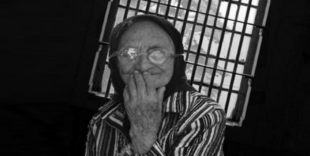 """Bătrână arestată pentrucă vindea leuştean: """"Bine că nu am luat şpagă 120.000 de lei, ca doamna Pintea, că mă umpleam de boli!"""""""