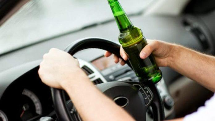 Poliția recomandă șoferilor să nu bea la volan, pentru că din cauza gropilor din asfalt riscă să verse băutura!