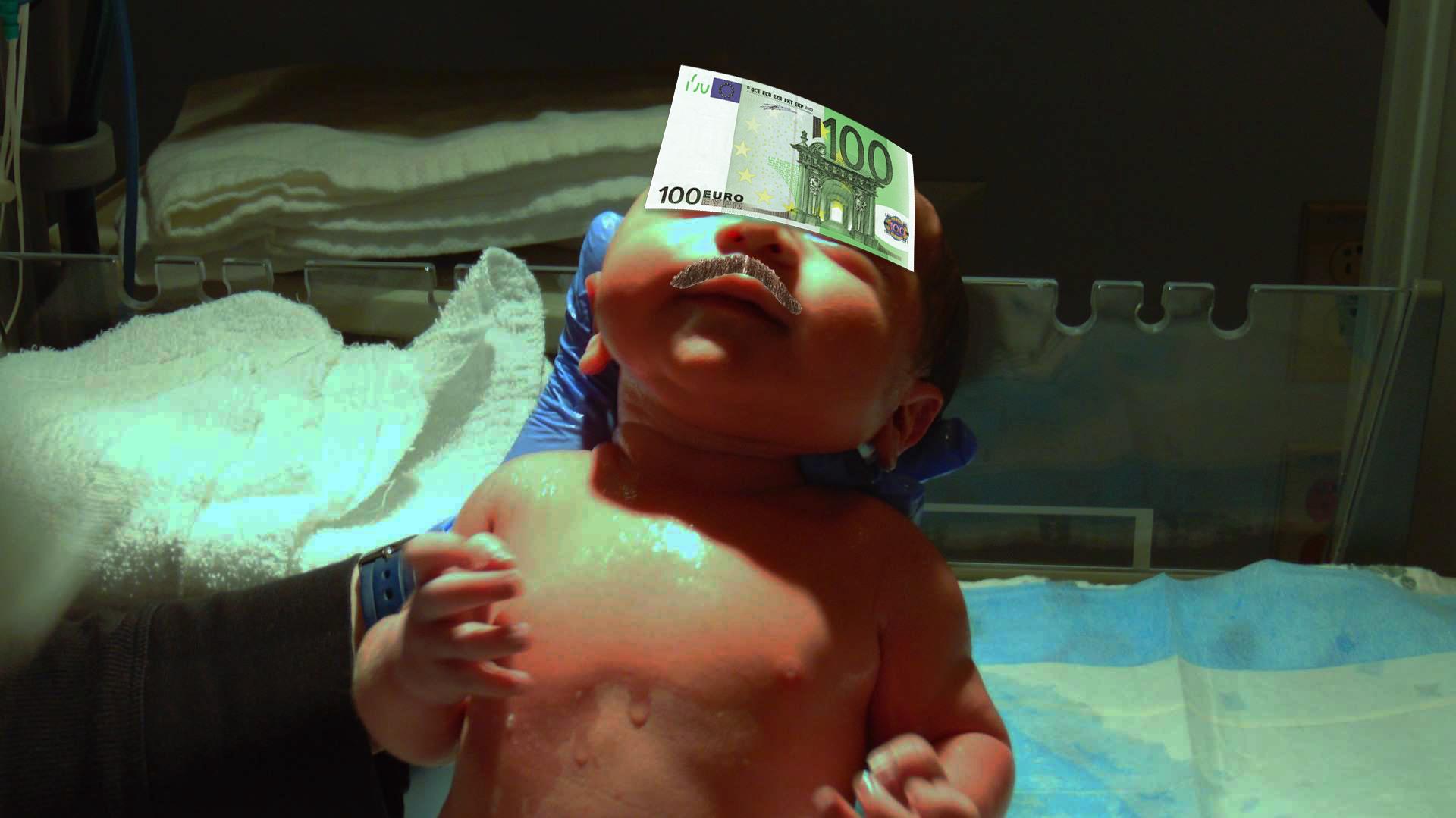 Copilul unui manelist s-a născut cu șpaga pentru asistentă lipită pe frunte!