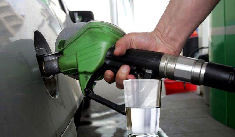 Scandal la o benzinărie din Bucureşti: un client a cerut să i se pună apa separat!