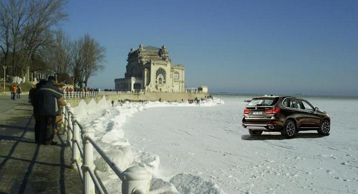 A înghețat Marea Neagră. Acum se poate intra cu BMW-ul până în larg!