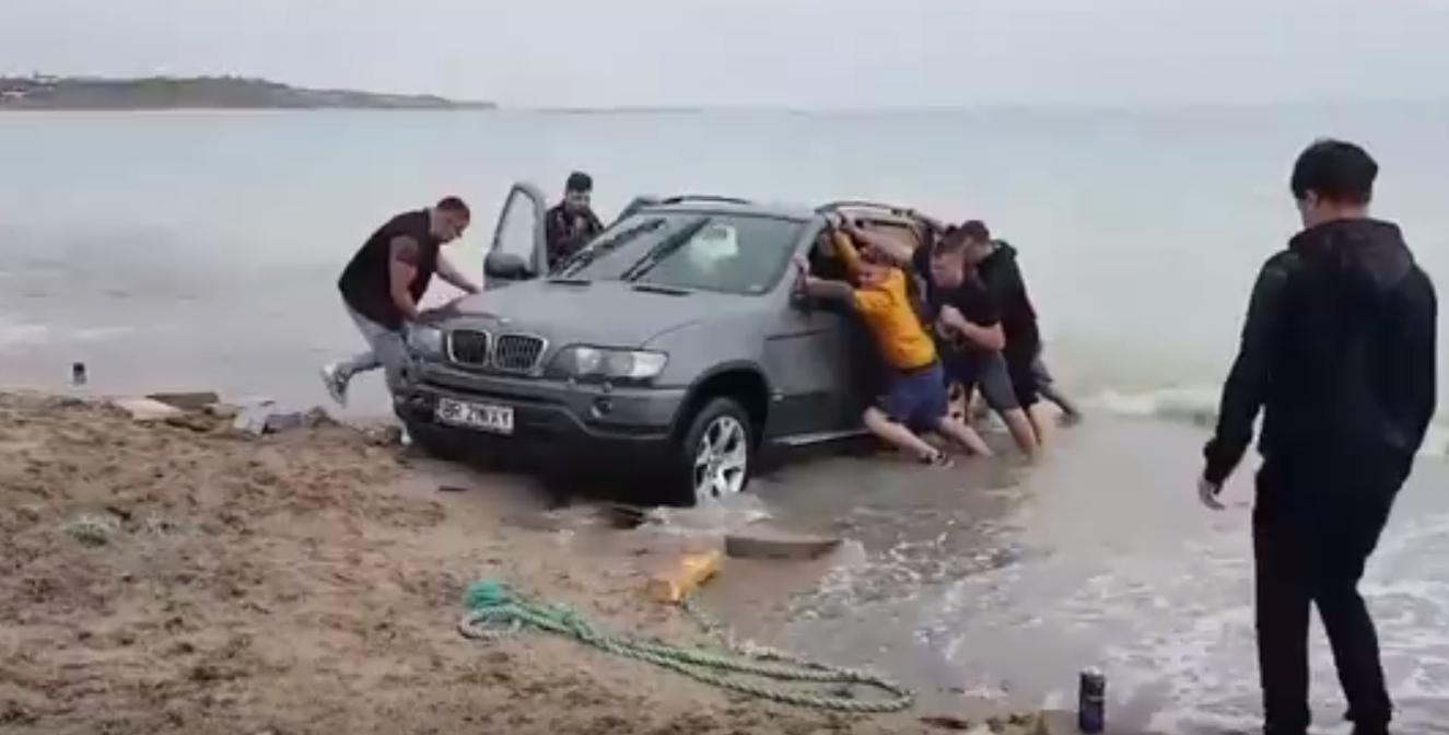 România va asfalta Marea Neagră, ca să nu mai rămână cocalarii cu mașinile în apă!