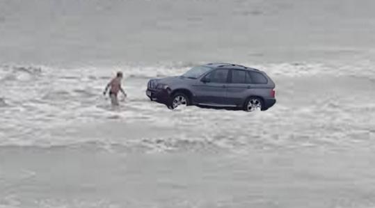Un vamaiot a fost călcat de BMW în timp ce făcea baie în mare!