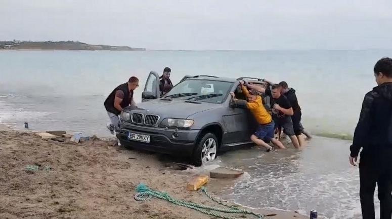 E atât de cald încât în Marea Neagră au răsărit deja primele BMW-uri!