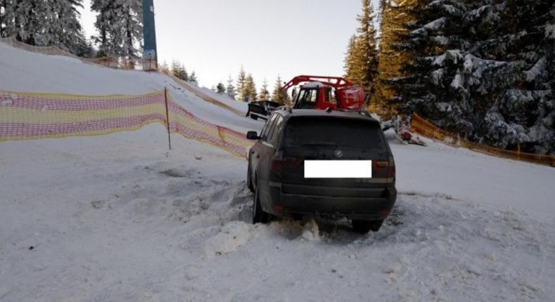BMW rămas înzăpezit după ce a intrat pe o pârtie. Căuta o linie de tramvai!