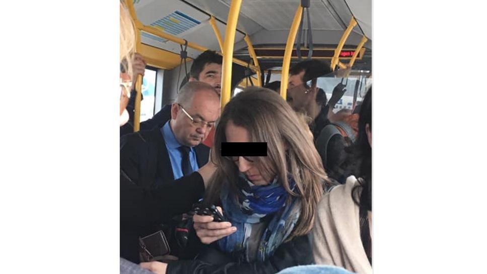 Emil Boc circulă cu autobuzul. Primarii bucureșteni nu s-au mai urcat în autobuz de pe vremea când furau portofele!