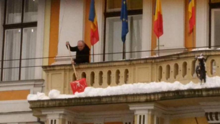 Emil Boc și-a deszăpezit biroul. Singur. (Imagini cu puternic caracter emoțional:Firea ar putea albi!)