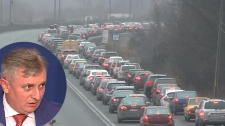 """Ministrul Transporturilor îi ceartă pe turiştii blocați în trafic: """"Sunt atâtea drumuri forestiere, iar ei se înghesuie toți pe DN1!"""""""