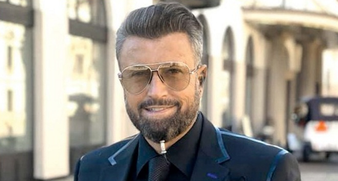 Lui Botezatu i-a apărut o mufă de cablu TV în barbă!O fi laRCS sau la UPC?