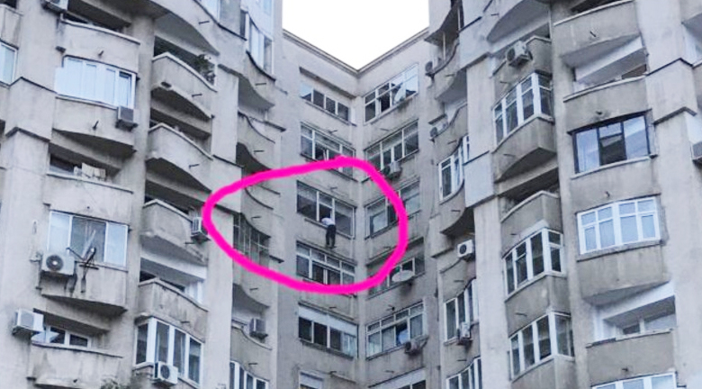 Un bucureștean amenință că se aruncă de la etajul 7 dacă Dragnea nu e eliberat. Iar e Mircea Badea singur acasă?