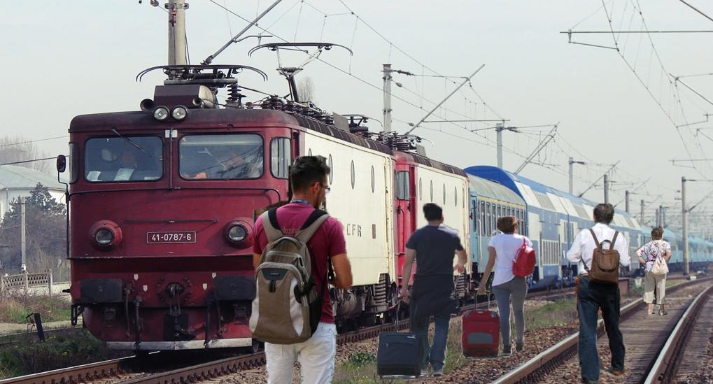 Călătorii trenului Timișoara-Mangalia s-au dat jos la Craiova și au luat-o înapoi pe jos, că li se termină concediul