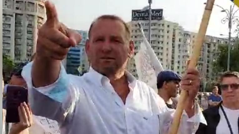 Cataramă se retragede la protestele anti-Covid:Obregia l-a anunțat că i-a expirat biletul de voie!