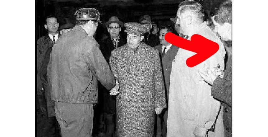 Dizidentul Mircea Dinescu pupându-l în doctrinăpe tovarășul Nicolae Ceaușescu prin carnețel