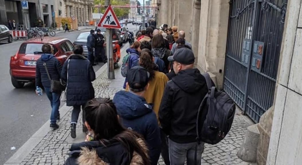 Diaspora: sute de mii de români stau la coadă să plătească factura la gaze. La gazele din 10 august!