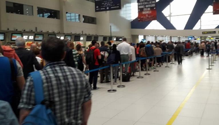 Tot mai mulți români dau țeapă la TAROM: își iau doar bilet dus!