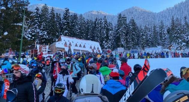 Să stai toată ziua la coadă la telegondolă în Poiana Braşov ca să te dai câteva minute cu schiurile - asta înseamnă să fii bucureştean!