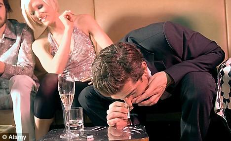 Legea anti-fumat a dat roade: în cluburi, niciun tânăr nu mai fumează! Toți au trecut pe cocaină!