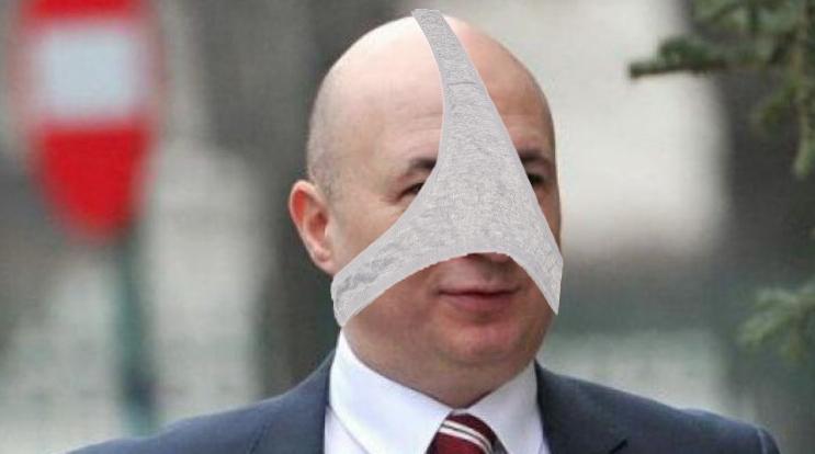 Codrin Ștefănescu și-a tras o pereche de chiloți pe cap, ca să nu fierecunoscut!