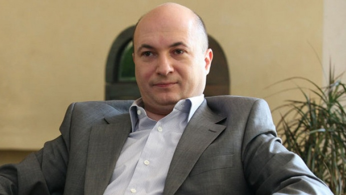 Firma lui Codrin Ștefănescu are pierderi de 60.000 de lei și datorii de 570.000. Mâncatul de rahat e mai rentabil!