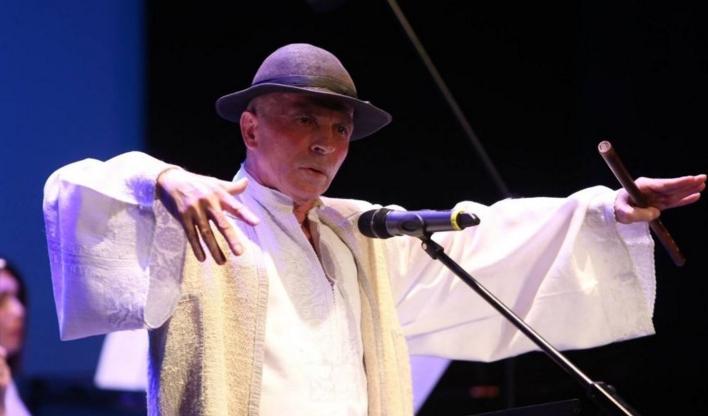 Aplauze furtunoase la un concert Leșe după ce publicul a confundat scârțâitul ușii cu vocea maestrului!