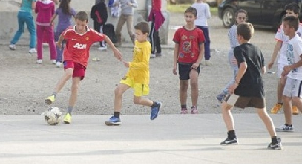 Fenomen straniu în timpul căderii Facebook și Instagram: câțiva copii au fost văzuți bătând mingea pe stradă!