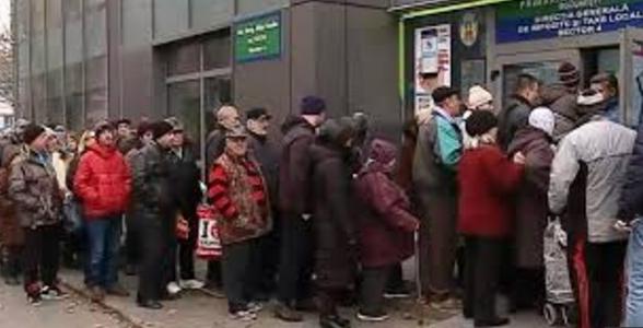 Mii de bucureșteni au ieșit să plătească impozitul ca să mai scape câteva ore de frigul din case!