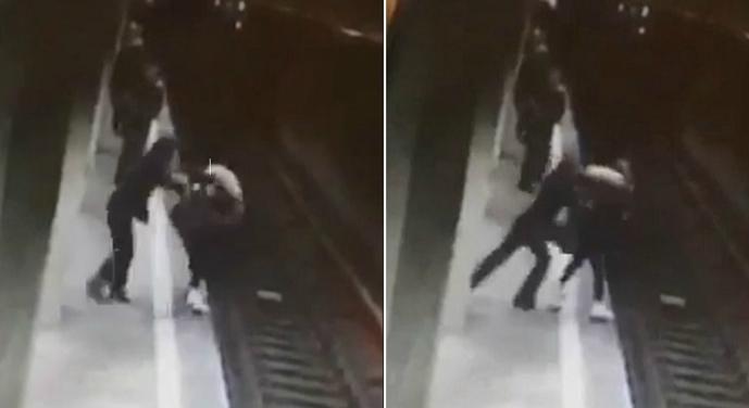 Oamenii stau lipiți de perete la metrou. Fiindcă statul ăsta iresponsabil îi poate îmbrânci și pe ei