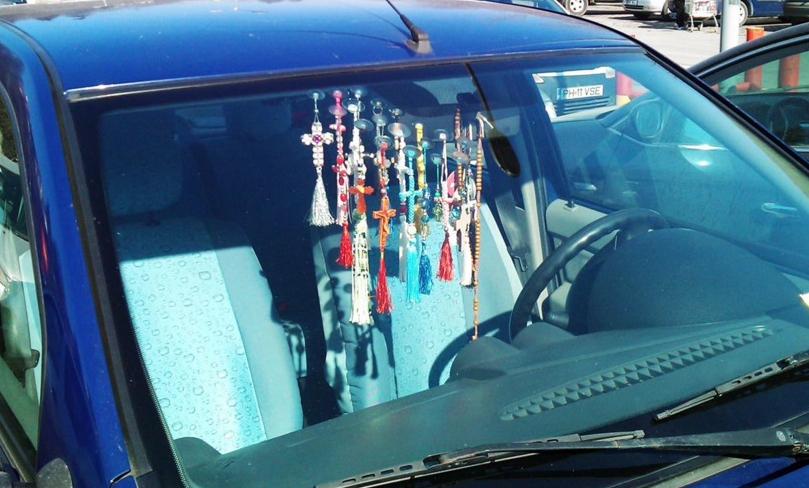 Amenzi usturătoare pentru șoferii care nu își pun cruciulițele de iarnă la retrovizoare!