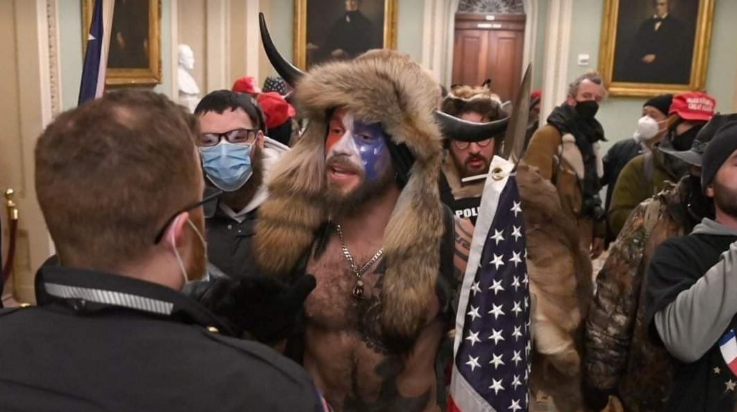 Un membru AUR a pătruns în Capitoliuşi a preluat conducerea SUA! Make Şoşoacă Great Again!