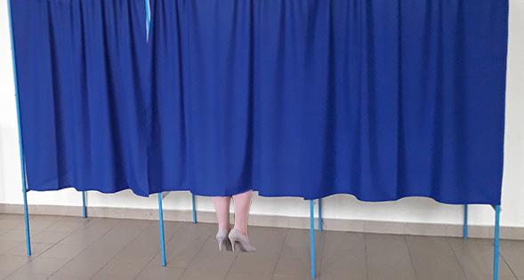 Viorica Dăncilă stă de 30 de minute în cabina de vot. Calculează aria dreptungiului în care trebuie să pună ştampila!